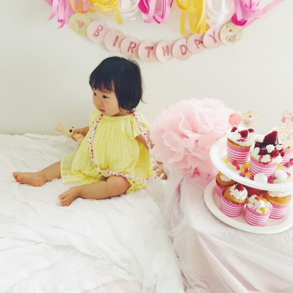 カップケーキと赤ちゃんとガーランド
