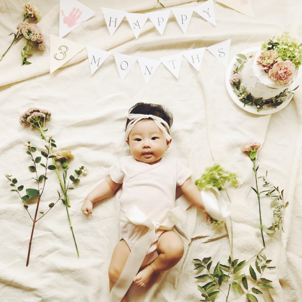 赤ちゃんと手形アートとお花とガーランド