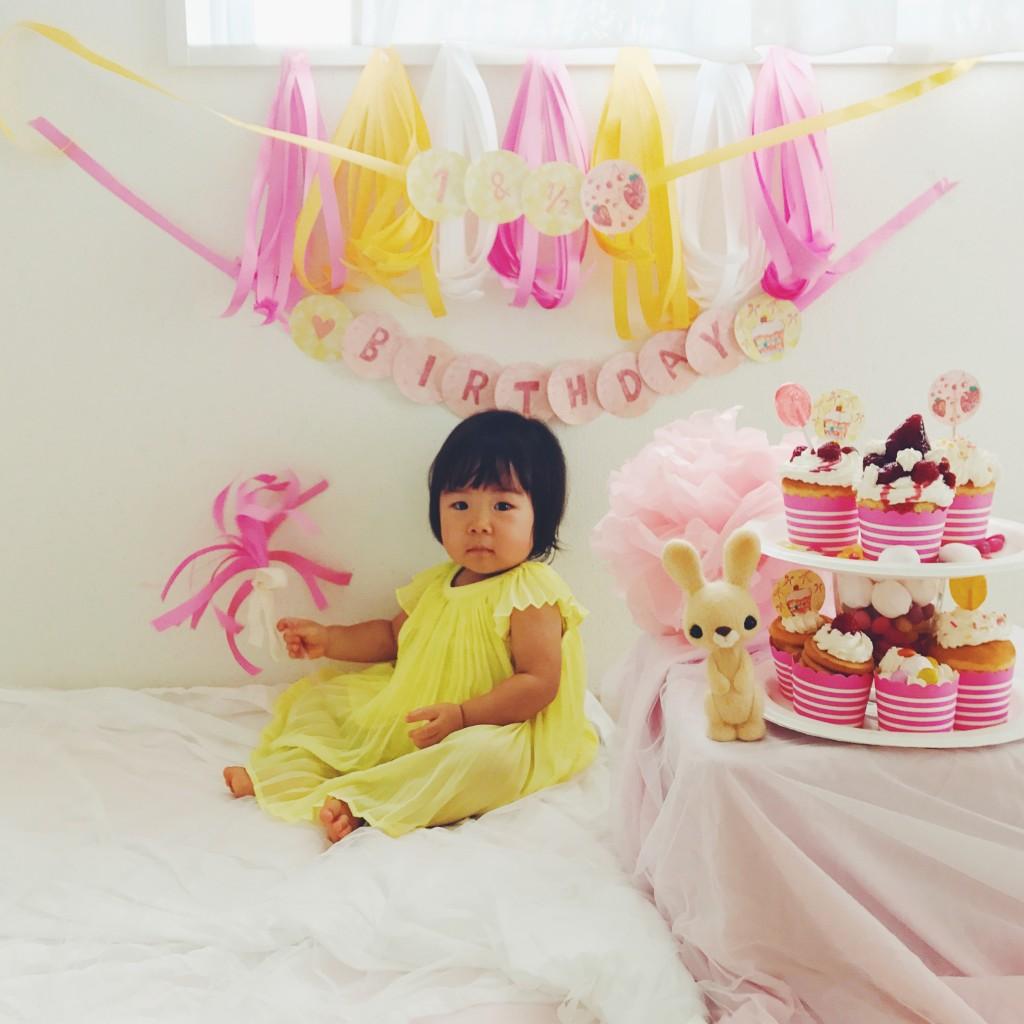 ピンクのガーランドで一歳半のお祝い