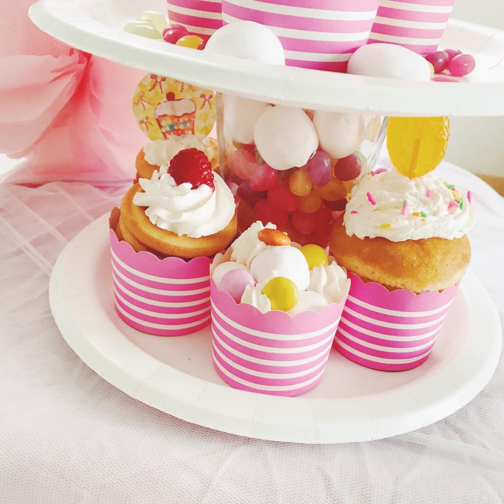 ガーランドでカップケーキとポイップクリームを飾ろう