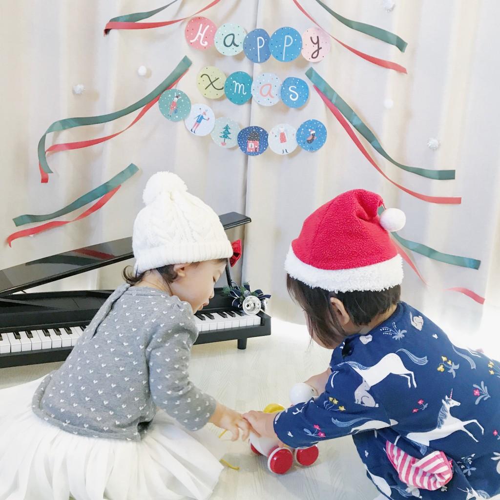 クリスマスガーランドと少女