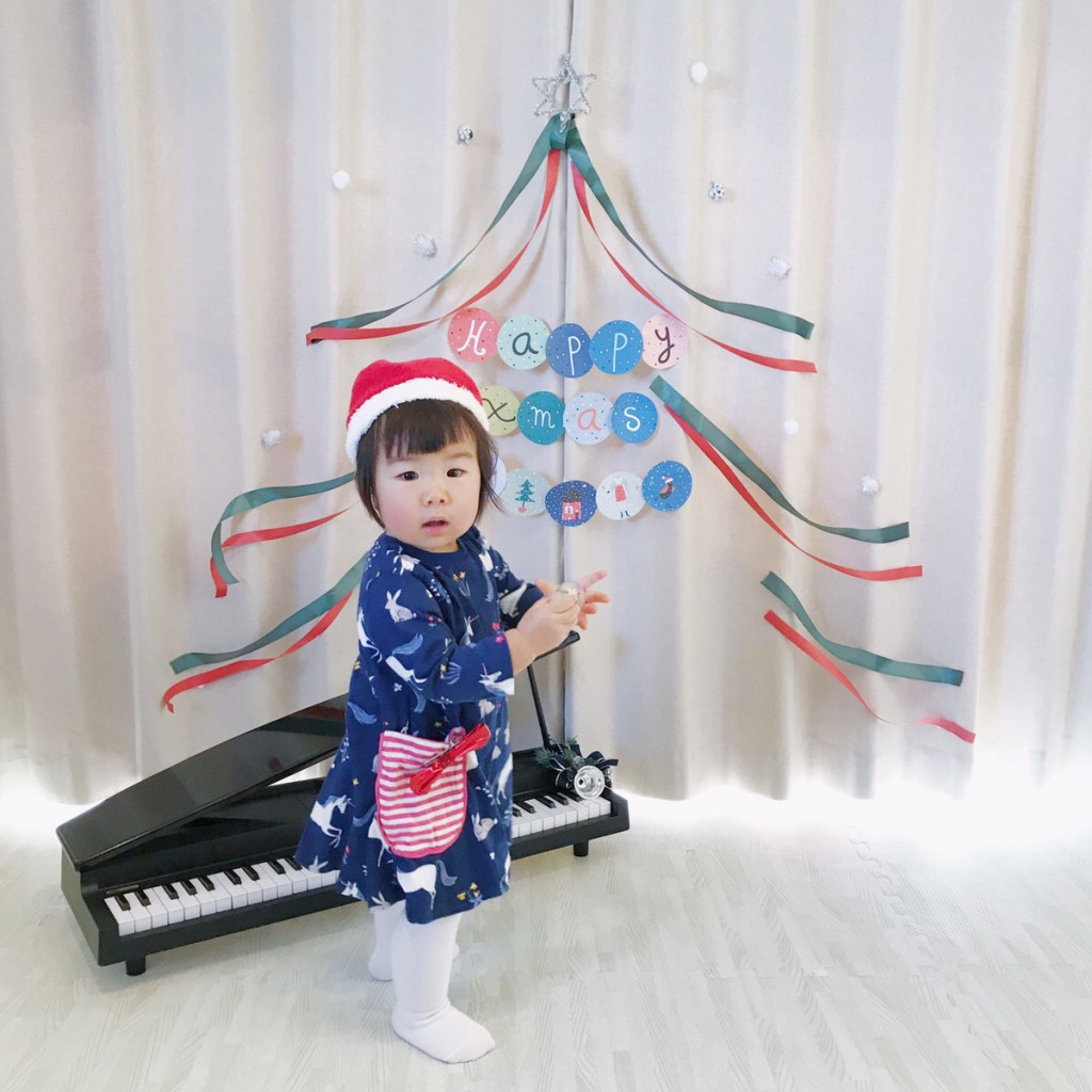 ピアノとガーランドと少女