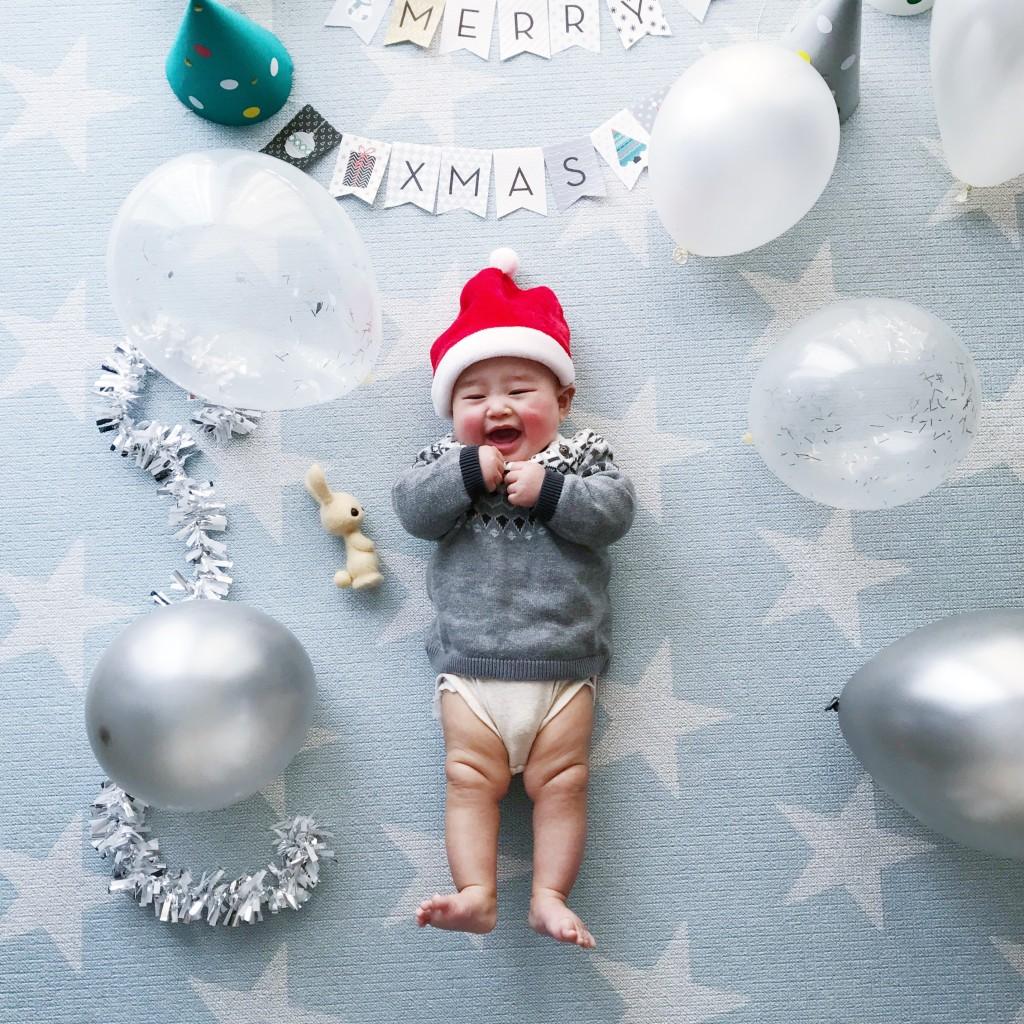 赤ちゃんとクリスマスガーランド