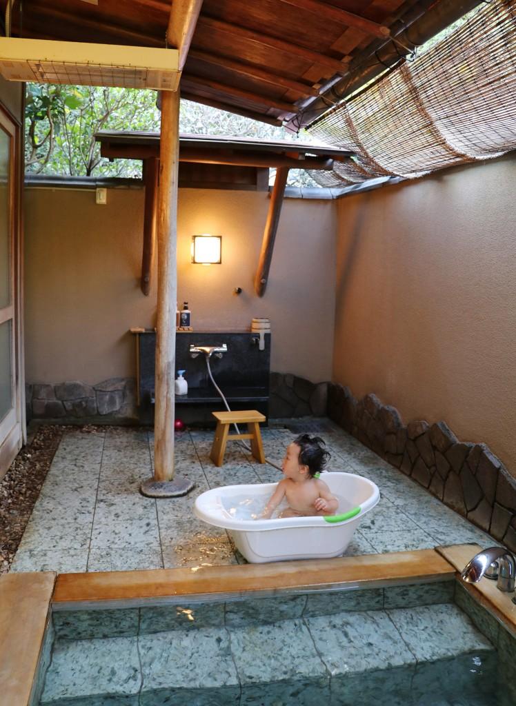 子連れ旅行-桜岡茶寮の露天風呂でくつろぐ赤ちゃん